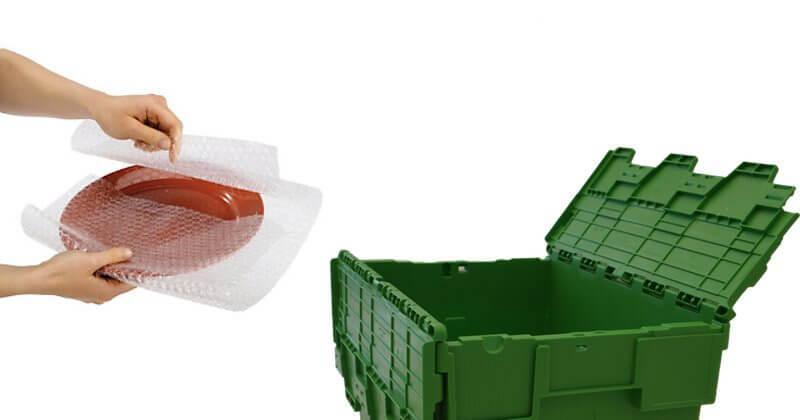 Empaquetar objetos fragiles en cajas de mudanza